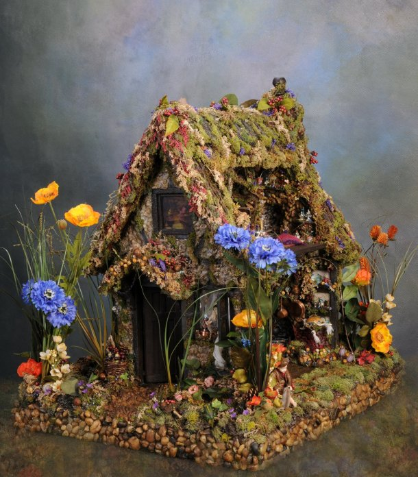 I am possitively drooling over the wonderful details of this fairy house by Melissa Chaple. The pots and pans, the trinket shelf... it's a whole tiny world!